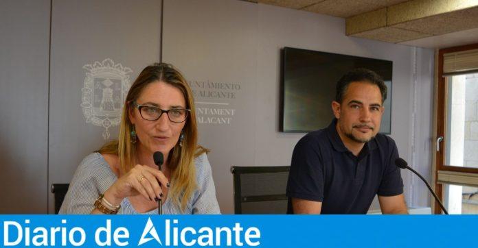 Mari Carmen de España dando una rueda de prensa junto a Israel Cortés.