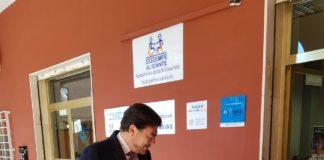 Luis Barcala, alcalde de Alicante, hablando con Antonio Ruescas, presidente de COCEMFE Alicante/ Alex Ferrer