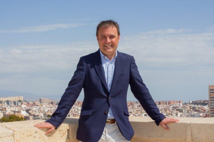 Natxo Bellido, el alcaldable de Compromís en Alicante, posando sonriente.
