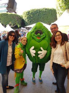 """La mascota del V Congreso de la Alcachofa, """"Chofi, inmortalizada con unos visitantes/ Alex Ferrer."""