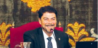 Luis Barcala sonriente en el Pleno Extraordinario de la aprobación de la bajada de impuestos