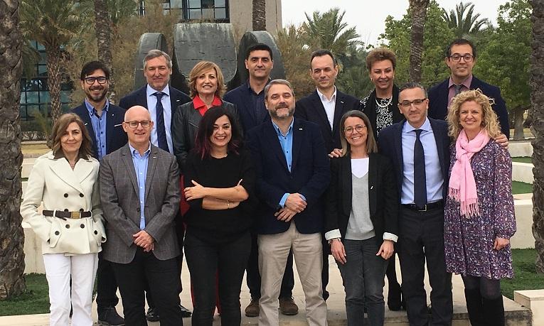 Ruiz Martinez (en el centro de la foto con barba, americana y camisa azul) con el resto de su equipo.