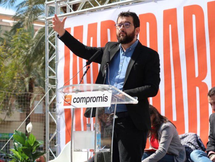 Ignasi Candela gesticulando en un mitín de Compromís.
