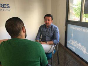 Pablo Ruz interviniendo durante la entrevista en la sede del PP de Elche /PP de Elche.
