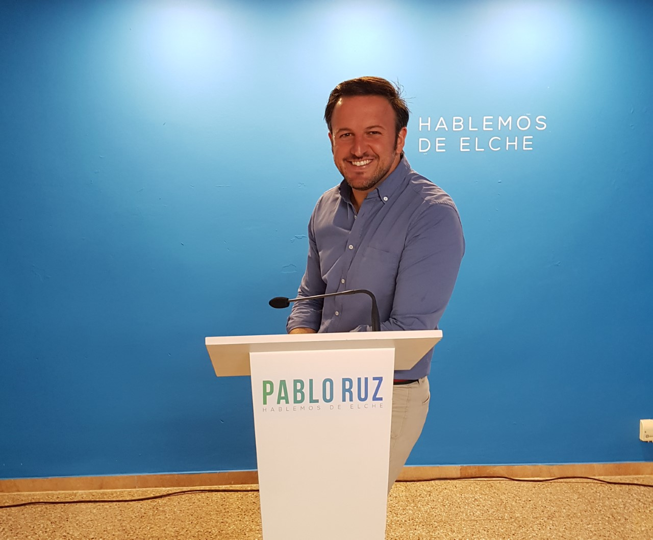 Pablo Ruz posando sonriente en el atril de la sede del PP de Elche /Alex Ferrer