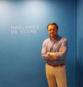 """Pablo Ruz posando con su lema Hablemos de Elche""""/ Alex Ferrer."""