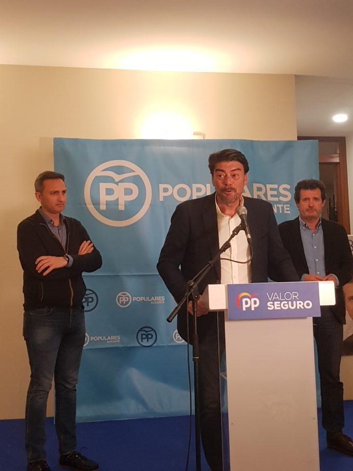 Barcala compareciendo en la noche electoral del PP alicantino junto a Sánchez y a Císcar/ Alex Ferrer.