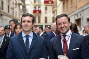 Pablo Ruz y Pablo Casado dándose un cariñoso saludo.