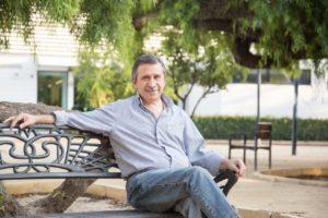 Manuel Aracil posando sentando en un banco / PP Sant Joan