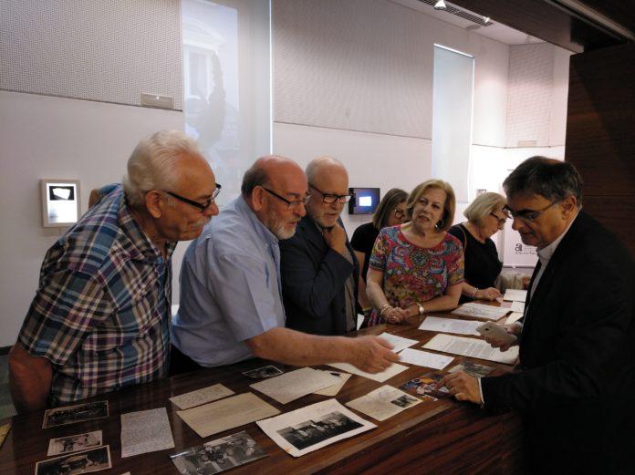 José Ferrándiz observando la obra de Rafael Azuar junto a sus hijos /Gil-Albert