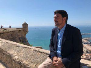 Luis Barcala, alcalde de Alicante, posando de perfil en el Castillo de Santa Bárbara / Populares Alicante