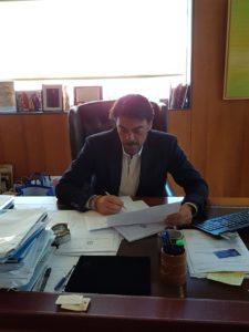 Luis Barcala firmando documentos en su despacho /Alex Ferrer