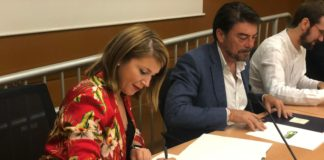 Mari Carmen Sánchez firmando un acuerdo para impulsar políticas de cooperación junto a Luis Barcala / Cs Alicante ciudad