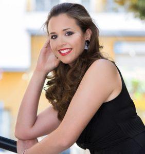 Isabel Bartual posando sonriente / Cano Fotografías