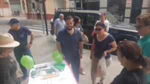 Mario Ortolá atendiendo a vecinos en una mesa informativa de VOX / VOX Alicante
