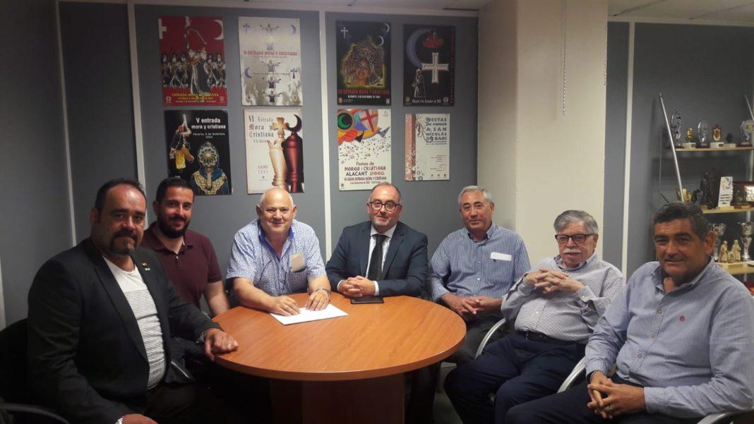 Mario Ortolá junto a Michel (a su derecha) y Emilio Carretón ( a su izquierda) en la reunión / VOX Alicante