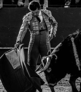 Alfredo Bernabéu toreando en una foto en blanco y negro / Alfredo Bernabéu