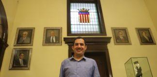 Toni Francés, alcalde de Alcoy en funciones, posando sonriente.