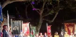 Representantes la fiesta mostrando en el escenario banderines de las comparsas de Moros y Cristianos de Aspe / Alex Ferrer