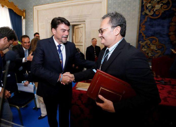 Luis Barcala y Paco Sanguino dándose la mano en la investidura del alcalde popular /EFE