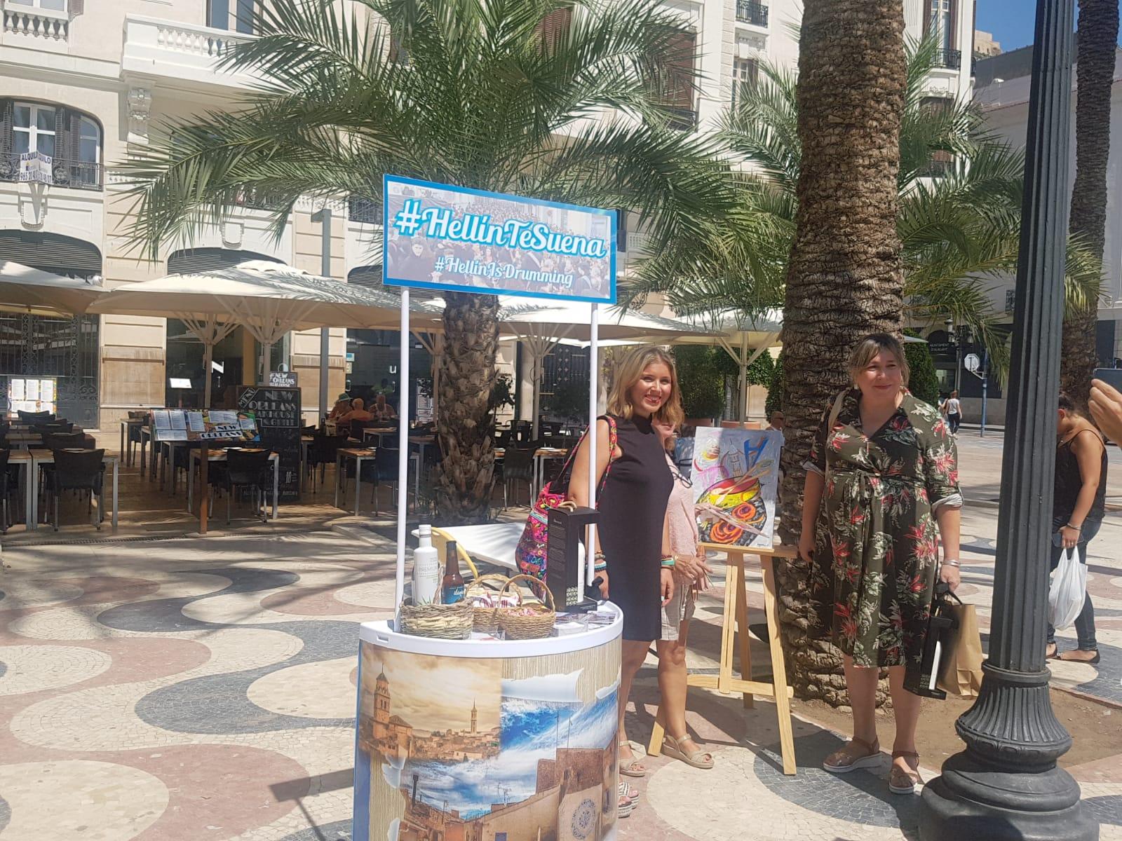 Mari Carmen Sánchez visitando el estand del Ayuntamiento de Hellín en la Explanada / Ayuntamiento de Alicante