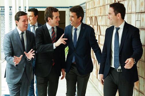 Pablo Casado y Carlos Mazón, sonrientes junto a Teodoro García Egea en la investidura de López Miras