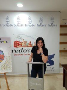 Nely Ruiz posando en el atril del Salón de Plenos del Ayuntamiento de Redován / Alex Ferrer