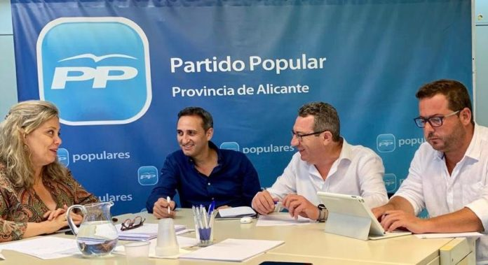 César Sánchez, Macarena Montesinos y Agustín Almodóbar reunidos esta mañana con el alcalde de Benidorm, Toni Pérez / PP Alicante