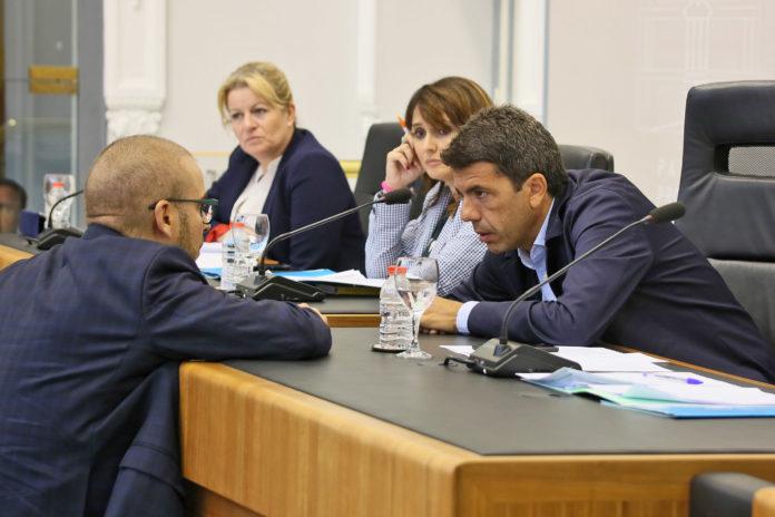 Carlos Mazón hablando con Adrián Ballester ante la atenta mirada de Julia Parra / Diputación de Alicante