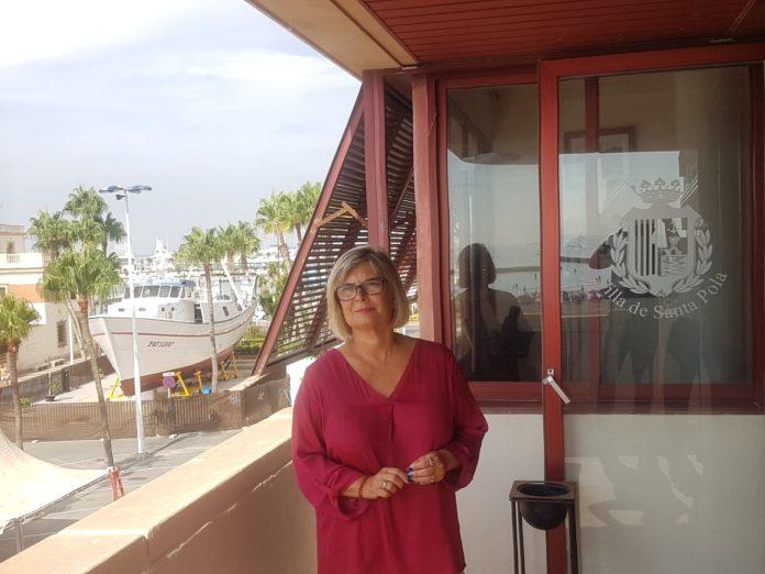 Loreto Serrano, alcaldesa de Santa Pola, mirando el horizonte en la terraza de su despacho en el Ayuntamiento / Alex Ferrer