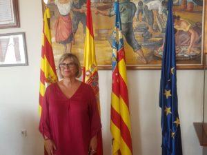 Loreto Serrano, alcaldesa de Santa Pola, posando en su despacho con las banderas del municipio, España, Comunidad Valenciana y Unión Europea / Alex Ferrer