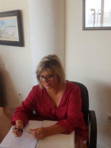 Loreto Serrano mirando y anotando escritos / Alex Ferrer