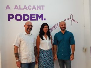 Txema Guijjaro, Naiara Davó y Xaxi López posando en la sede de Podemos Alicante / Alex Ferrer