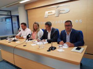 Los diputados y senadores populares alicantinos en la rueda de presa en la sede del PP / Alex Ferrer