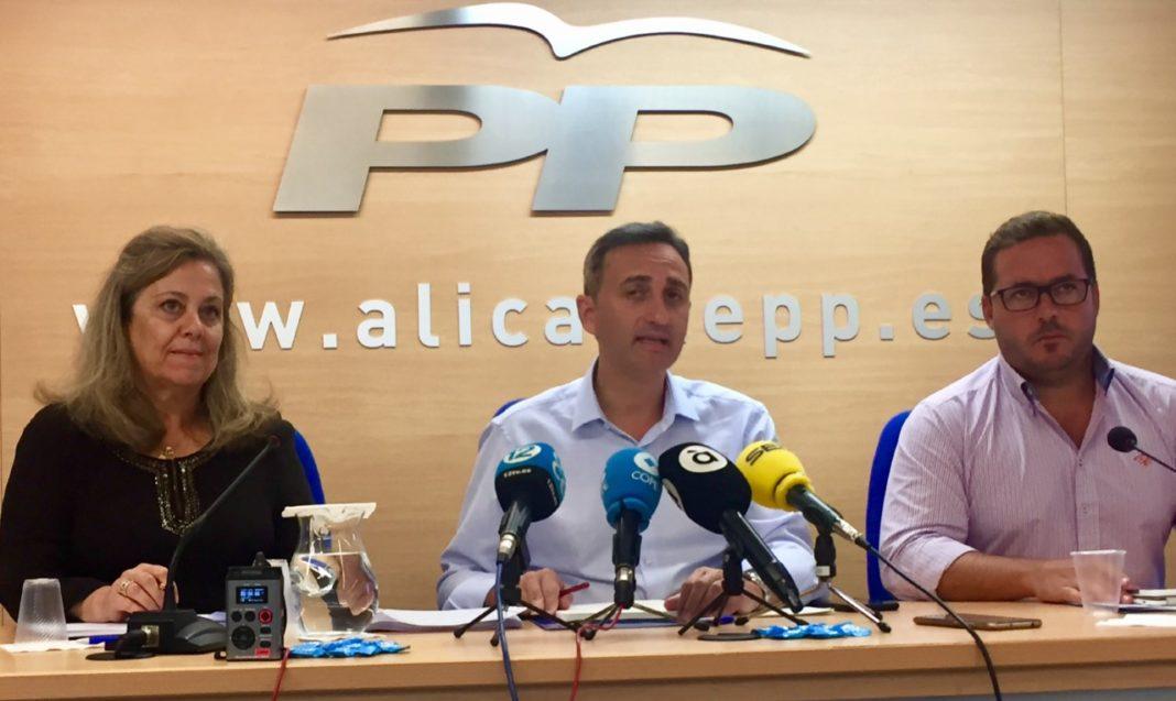 César Sanchez hablando en rueda de presa junto a Agustín Almodóbar y Macarena Montesinos / PP Alicante