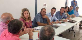 Macarena Montesinos, César Sánchez y Pablo Ruz mirando atentamente durante la reunión con la Do Uva del Vinalopó / PP Alicante