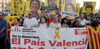 Personas acudiendo a una manifestación convocada por Accció Cultural del País Valencià / EFE