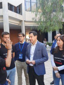 El Presidente de la Junta de Andalucía, Juanma Moreno Bonilla, hablando con funcionario de prisiones en la UA / Alex Ferrer