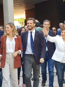 Pablo Casado acudiendo sonriente al Paraninfo de la UA junto a su mujer e Isabel Bonig / Alex Ferrer