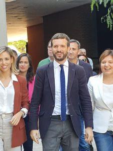 Pablo Casado acudiendo al Paraninfo de la UA junto a su mujer e Isabel Bonig / Alex Ferrer