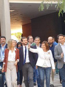 Pablo Casado acudiendo sonriente al Paraninfo de la UA junto a su mujr, Isabel Bonig, Luis Barcala y Garcñia Egea / Alex Ferrer