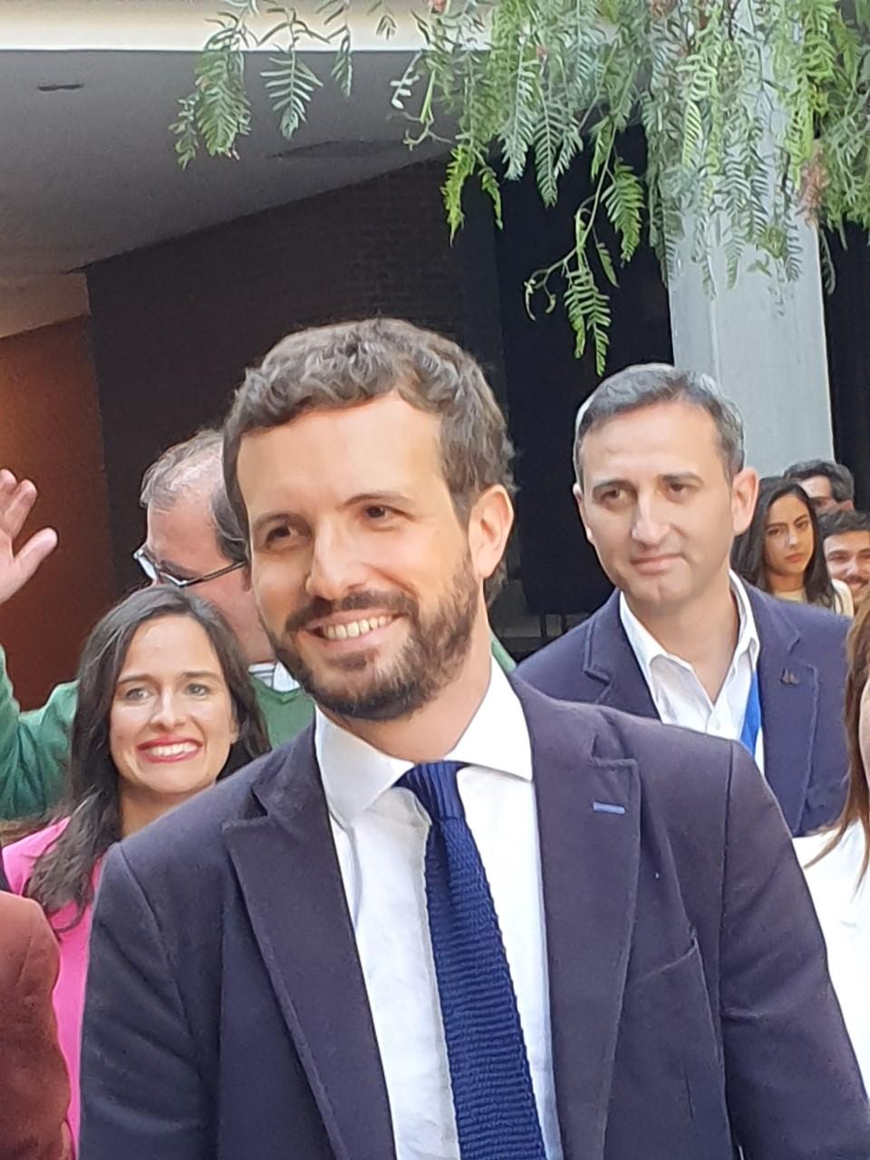Pablo Casado entrando sonriente en el Paraninfo de la UA / Alex Ferrer