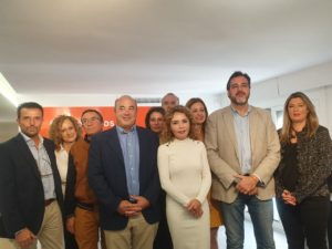 Marta Martín presidiendo la foto de familia de la candidatura de Cs Alicante para el 10-N / Alex Ferrer