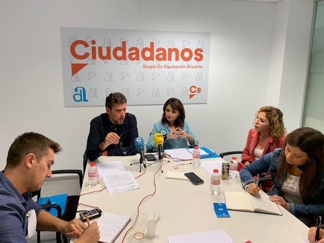 Javier Gutiérrez junto a Julia Parra y Marta Martín / Cs Alicante