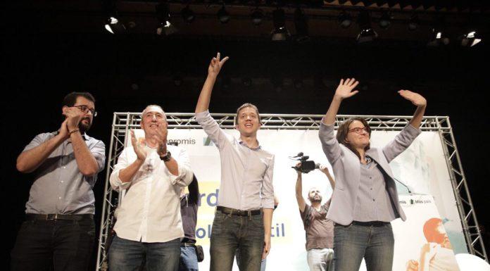 Errejón saludando en su mitin de Alicante junto a Baldoví, Oltra y Candela / Más País