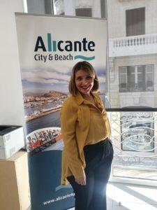 """Mari Carmen Sánchez, vicealcaldesa de Alicante, posando con el cartel turístico de """"AlicanteCity & Beach"""" en su despacho del Patronato Municipal de Turismo / Alex Ferrer"""