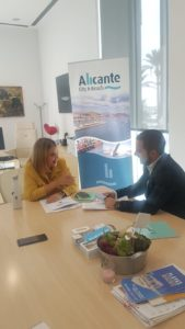 Mari Carmen Sánchez interviniendo durante la entrevista con Diario de Alicante / Alex Ferrer