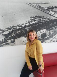 Mari Carmen Sánchez, vicealcaldesa de Alicante, posando con un cuadro de la playa El Postiguet de fondo en su despacho del Patronato Municipal de Turismo / Alex Ferrer