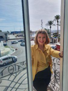 Mari Carmen Sánchez, vicealcaldesa de Alicante, sonriente en la terraza de su despacho del Patronato Municipal de Turismo / Alex Ferrer