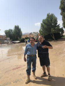 Manuel Mestre con el alcalde de Benferri en su visita al municipio por la DANA / Manuel Mestre